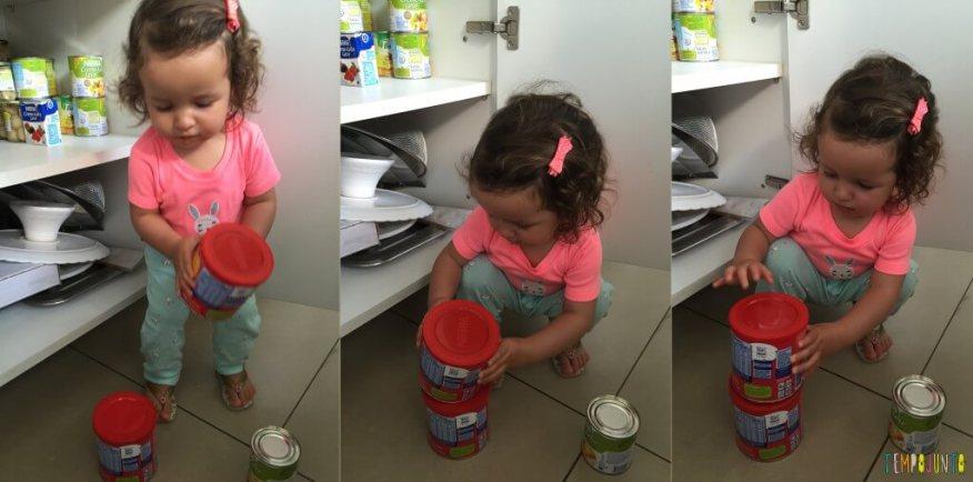 Atividade com latas da despensa para bebês - gabi empilhando as latas