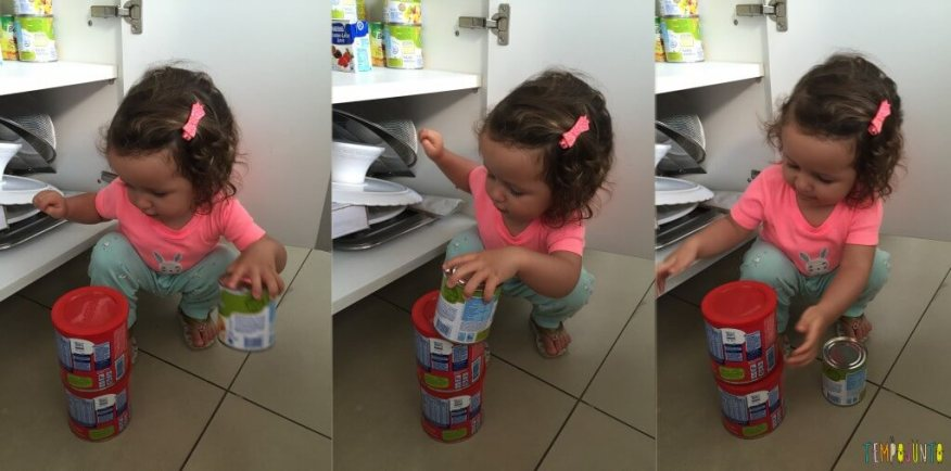 Atividade com latas da despensa para bebês - gabi empilhando todas as latas