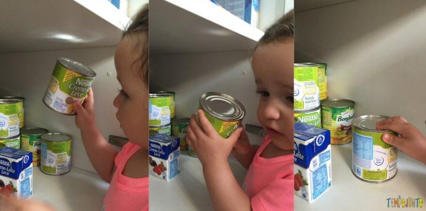 Atividade com latas da despensa para bebês - Gabi manuseando as latas