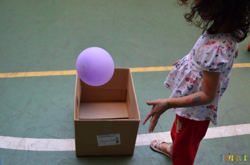 Brincadeira de circuito para as crianças - bola na caixa
