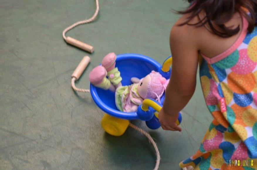 Brincadeira de circuito para as crianças - carrinho de m]ao com a boneca