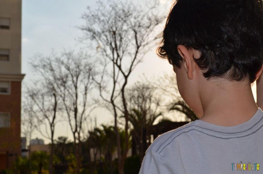 Brincadeira de circuito para as crianças - Pocoyo olhando para o horizonte