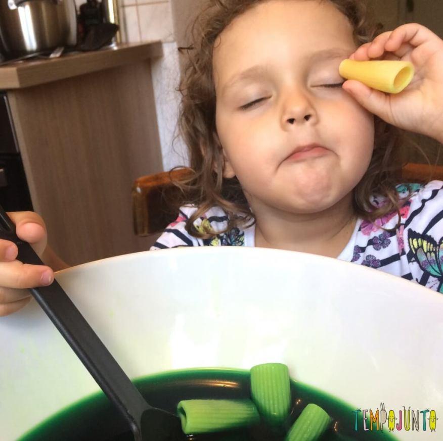 Brincando na cozinha - como criar uma Floresta Encantada dos Nutrientes com as crianças - macarrao como luneta