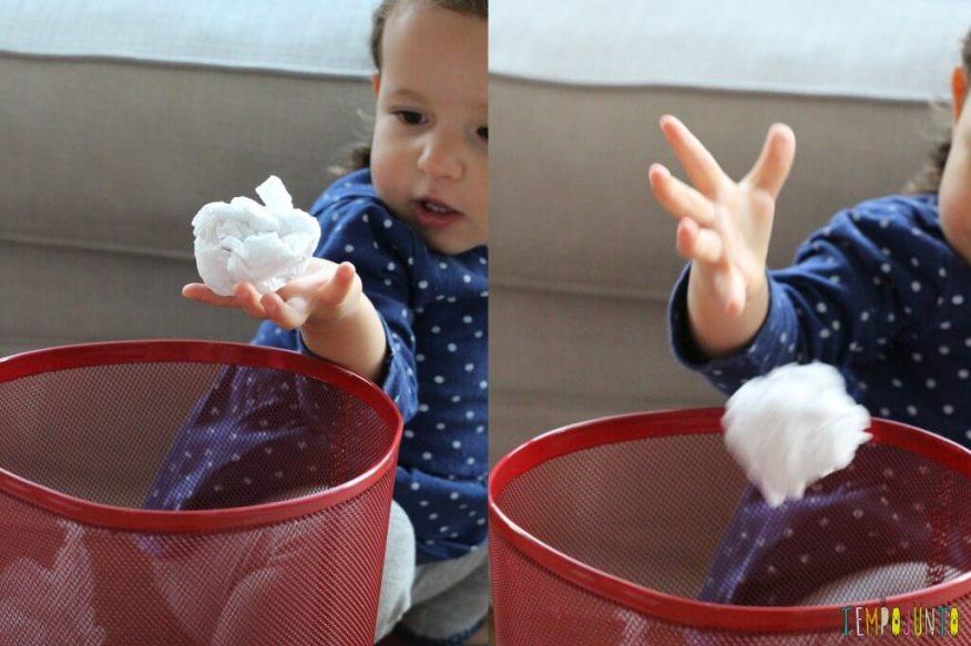 Brincar de bolinha de papel com seus pequenos - bolinha no cesto