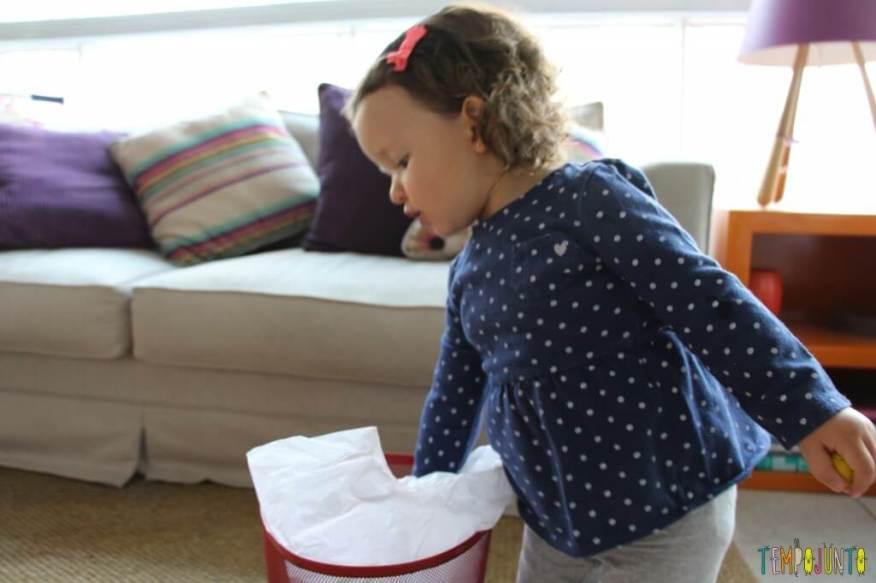 Brincar de bolinha de papel com seus pequenos - Gabi enfiando a bolinha no cesto