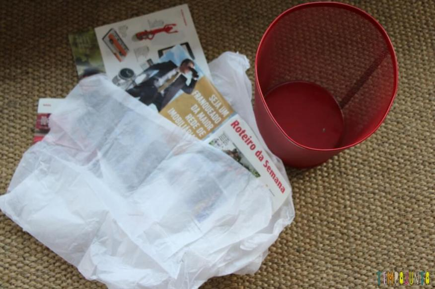 Brincar de bolinha de papel com seus pequenos - material