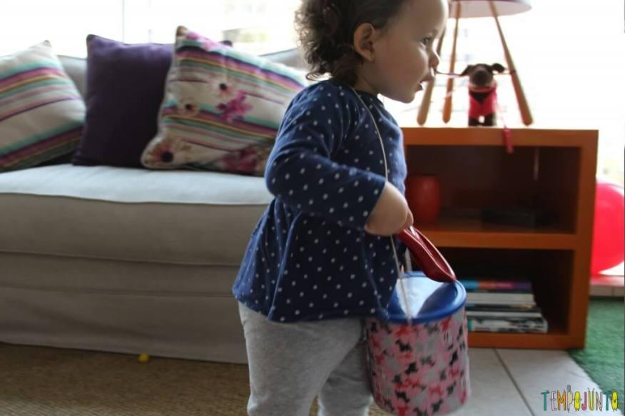 Como fazer um brinquedo para bebês com uma lata - Gabi marcha com o tambor