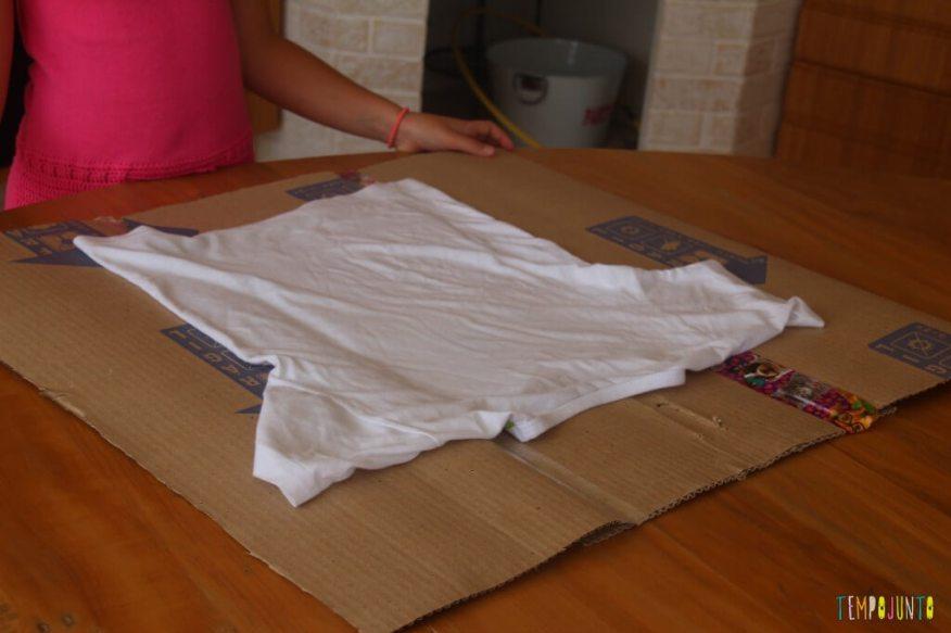 Um brinquedo caseiro feito com caixa de papelão - fazendo um dobrador de camisa