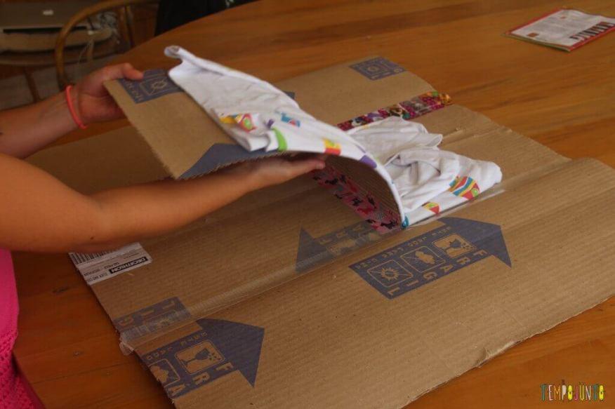 Brinquedo caseiro feito com caixa de papelão - fazendo um dobrador de camisa - finalizando