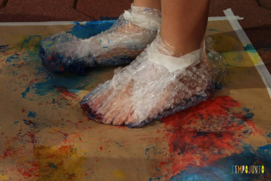 maneiras de fazer arte com tinta guache na pintura com o pé e plástico bolha