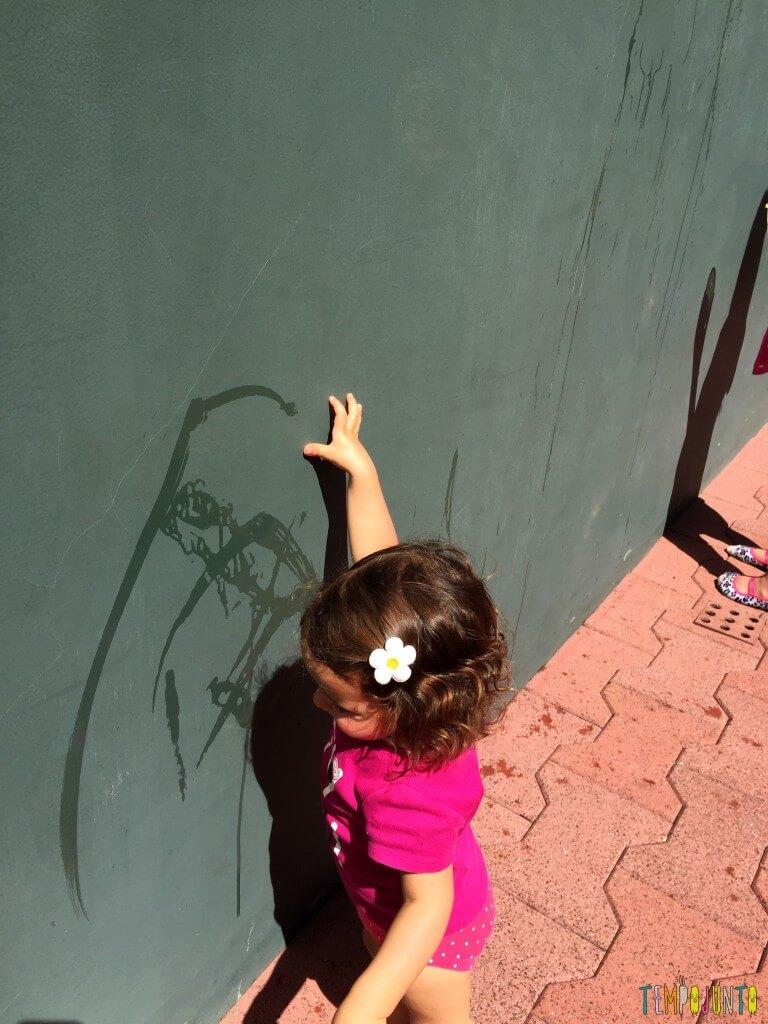 Arte sem sujeira com bebês - gabi pintando com o dedo