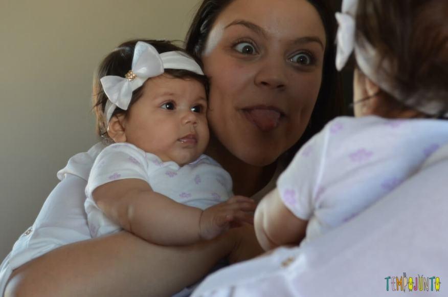 Brincadeira com o bebê no espelho para estimular os sentidos - Brincadeira do reconhecimento com careta
