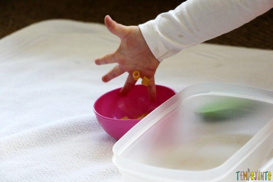 Brincadeira para fazer em casa com o seu filho pequeno - brincar com a mao