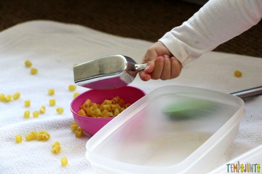 Brincadeira para fazer em casa com o seu filho pequeno - enchendo o pote com o macarrao da pa
