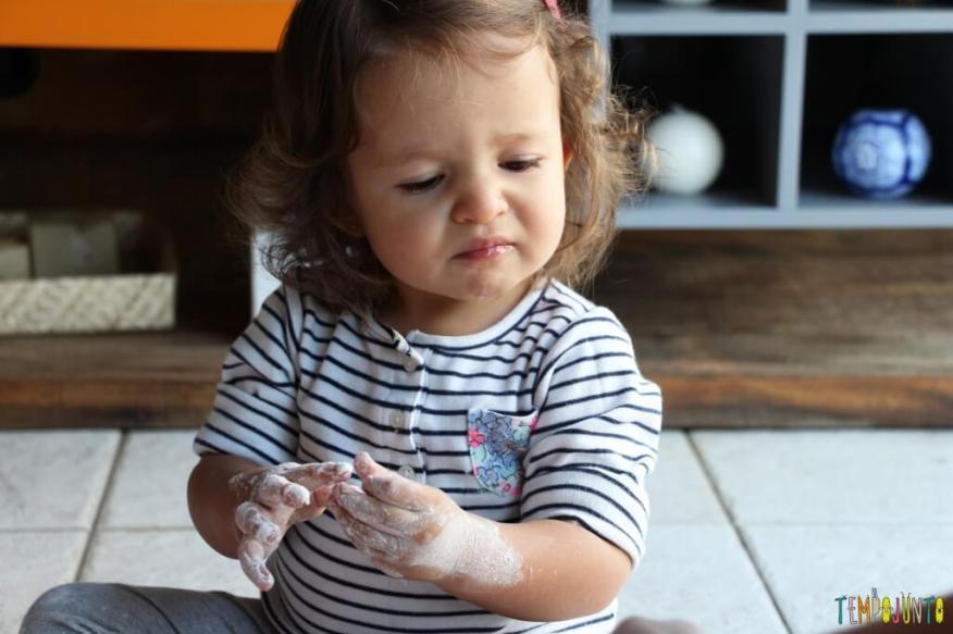 Brincadeira sensorial para todas as idades_maisena_gabi cara de nojinho