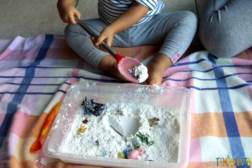 Brincadeira sensorial para todas as idades_maizena_gabi com colher