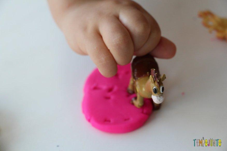 Como brincar de massinha com as crianças pequenas - pegada do bala no alvo na massinha
