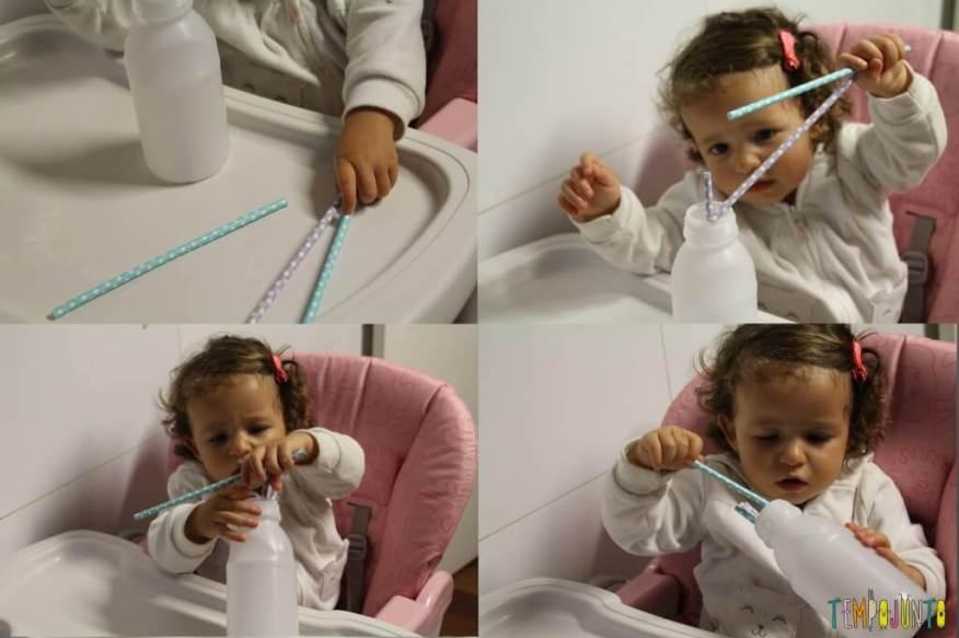 Como organizar uma rotina de brincadeiras para bebês - Gabi colocando canudo na garrafa