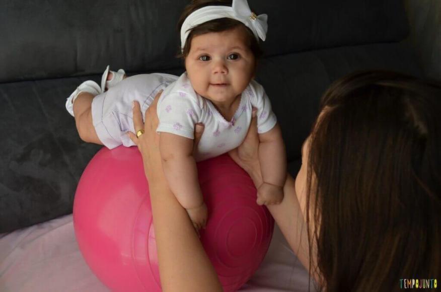 Novas brincadeiras para ajudar o bebê a ficar de bruços - luiza se equilibrando na bola