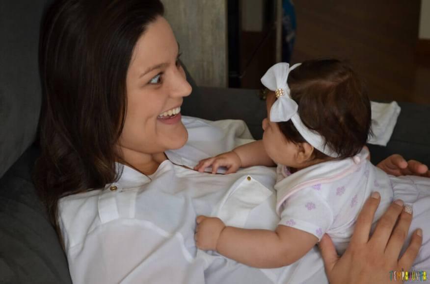 Novas brincadeiras para ajudar o bebê a ficar de bruços - segurando o bebe pela lombar na barriga da mamae