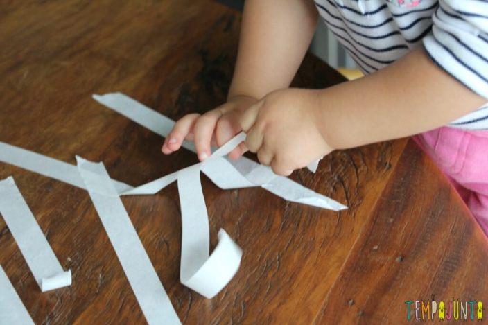 10 minutos para brincar com os filhos pequenos - gabi puxando varias fitas de uma vez