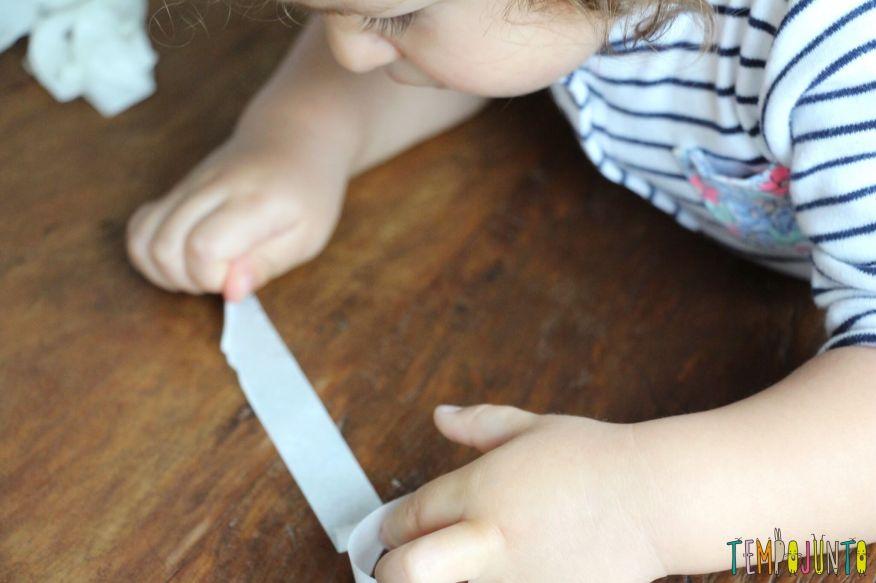 10 minutos para brincar com os filhos pequenos - gabi tirando a fita toda