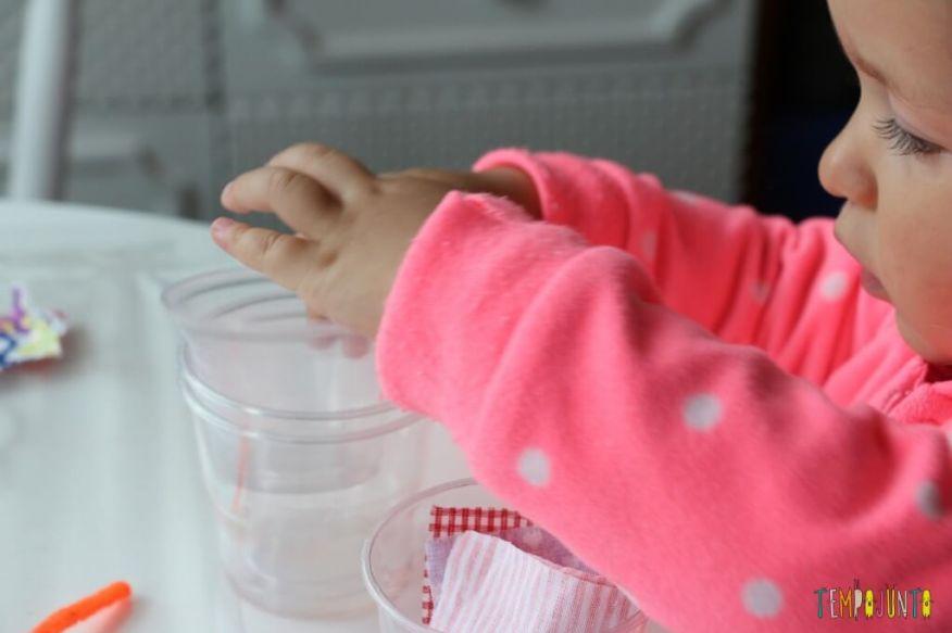 Arte para crianças pequenas - colagem no contact - brincadeira de empilhar copos