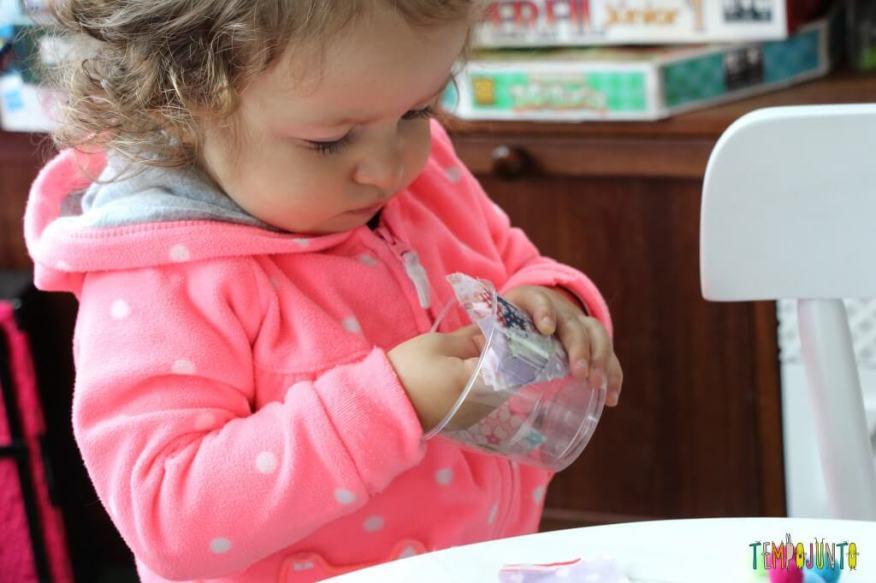 Arte para crianças pequenas - colagem no contact - explorando o conteudo