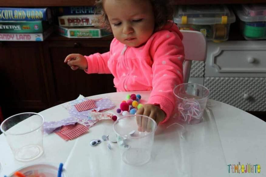 Arte para crianças pequenas - colagem no contact - mexendo nos objetinhos