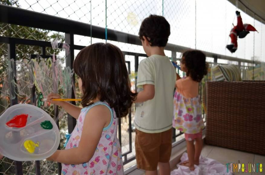 Brincadeira de menino para meninos e de meninas para meninas - pintando no vidro cópia