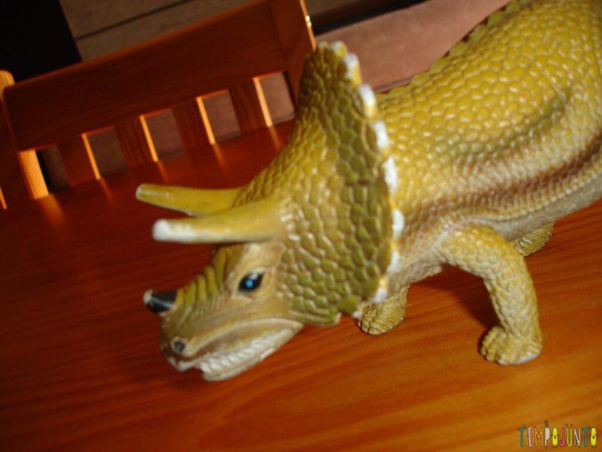 Esta é a foto tirada da boca aberta - dinossauro estegossauro sozinho