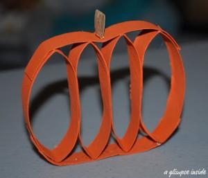 Faça você mesmo ideias criativas para o Halloween - abobora de rolo de papel higienico