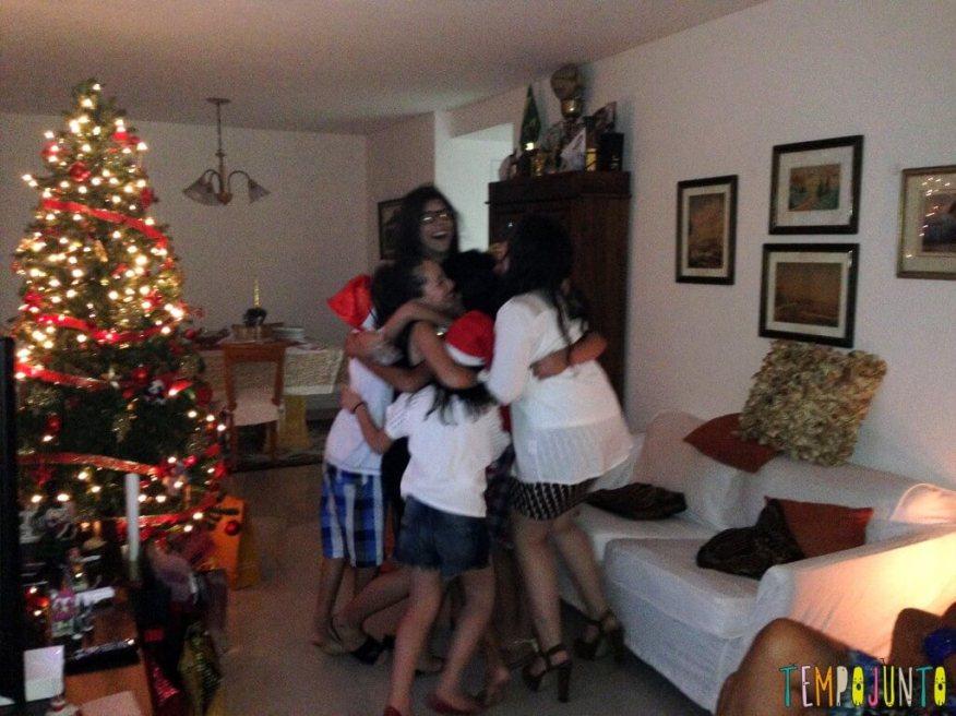 10 ideias de brincadeiras de Natal - brincadeira cor do abraço