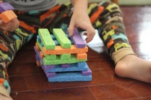 10 ideias de presentes simples e criativos para você fazer - jenga de esponja