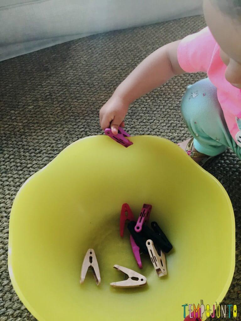 Brincadeira simples com materiais da casa - gabi colocando os pregadroes de volta na lateral