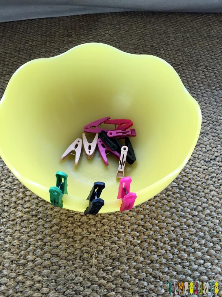 Brincadeira simples com materiais da casa - pregadores dentro da saladeira