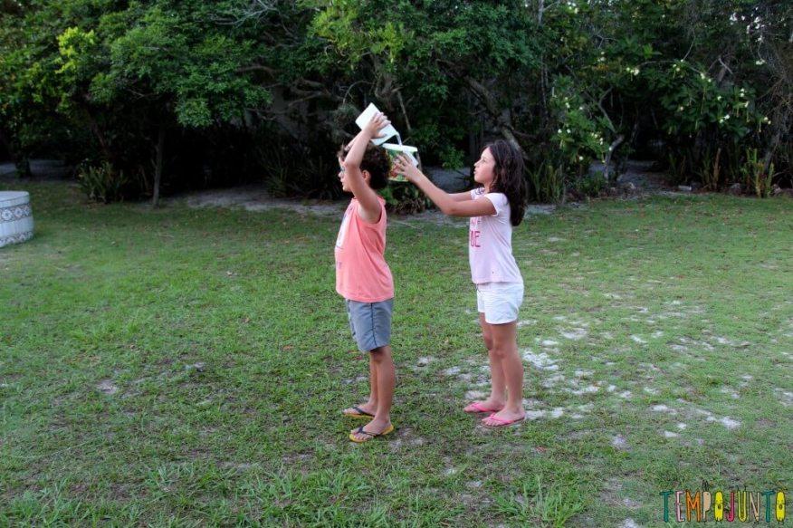 20 Brincadeiras refrescantes para um dia quente - passe a agua fila