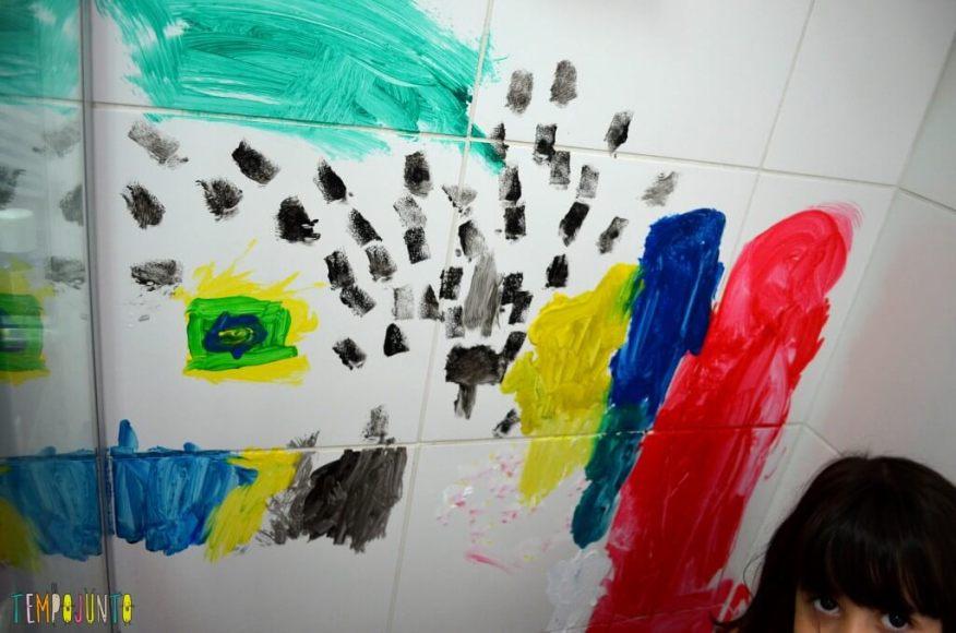 Brincadeiras perfeitas para crianças agitadas e cheias de energia - resultado da pintura no azulejo