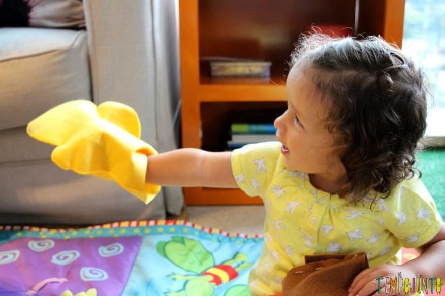 Dicas de brinquedo para crianças de 2 a 4 anos - gabi contando historia com o fantoche