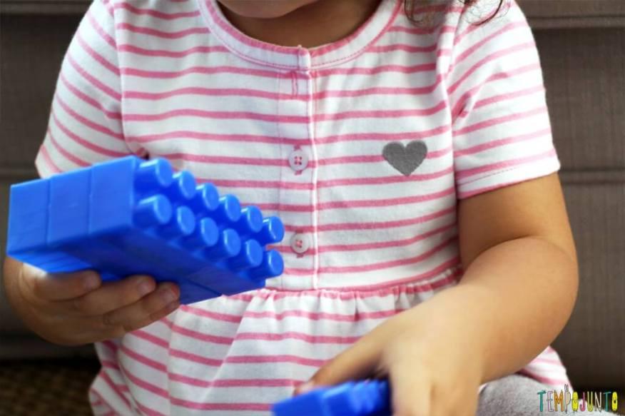Brincadeiras para ensinar as cores - gabi separando o lego