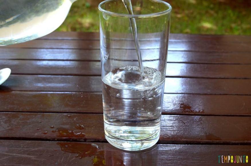 Brincadeiras que estimular a curiosidade dos jovens cientistas - gotas de corante colocando agua