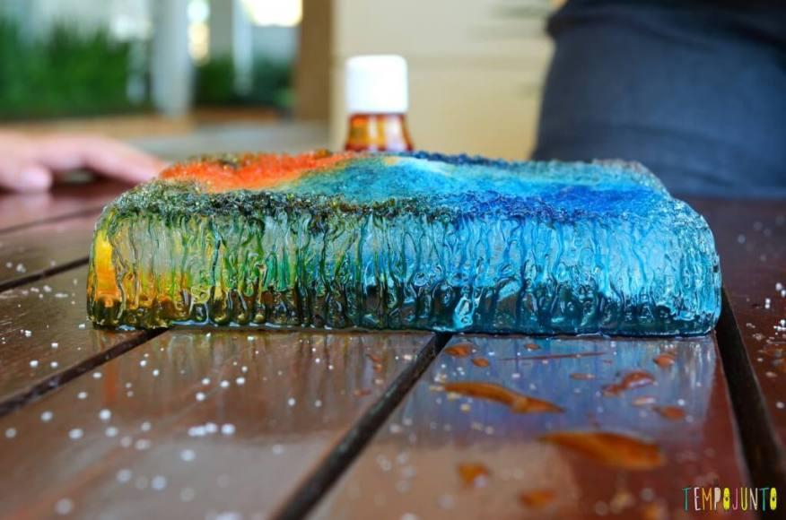 Brincadeiras que estimular a curiosidade dos jovens cientistas - pintura no gelo - gelo colorido