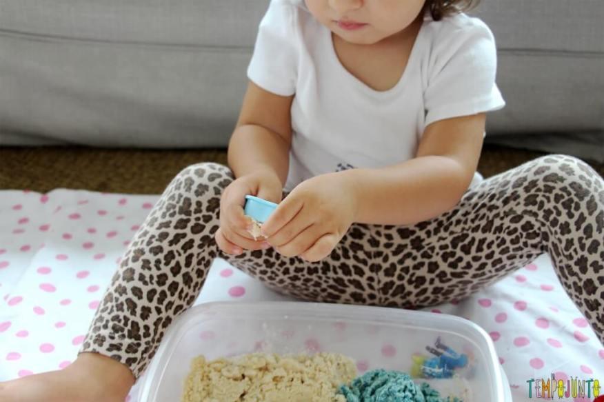 Como fazer areia caseira - gabi brincando com a forminha 2