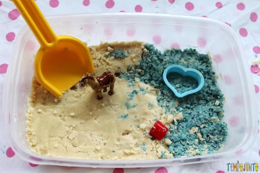 Como fazer areia caseira - pote com areia e brinquedos