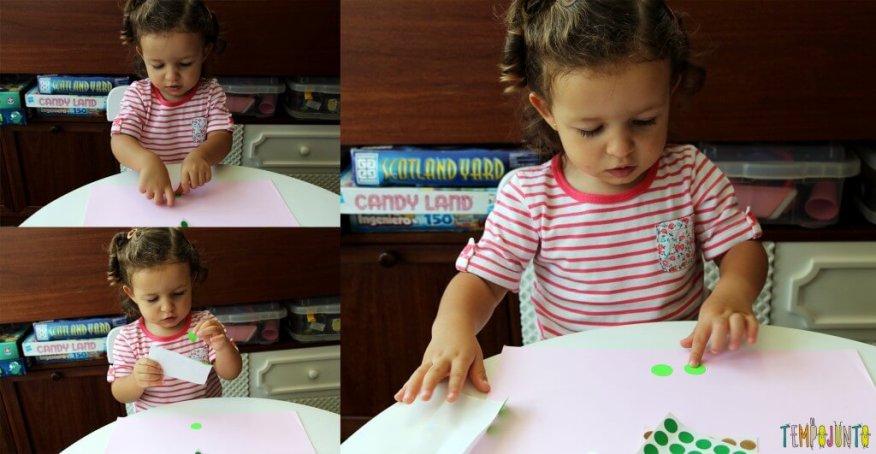 Atividade com adesivos para estimular os pequenos - gabi colando os adesivos