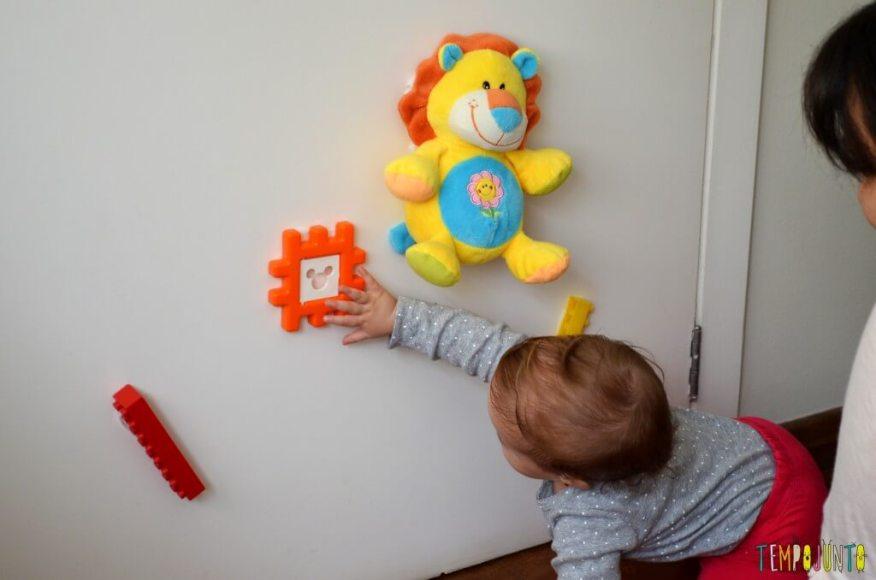 Brincadeira 3 em 1 para bebês sentar engatinhar e pegar - bebe pegando o brinquedo