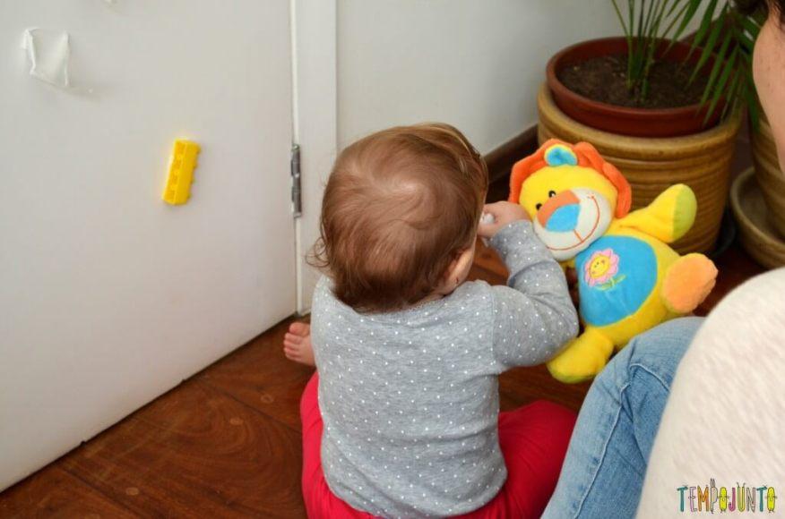 Brincadeira 3 em 1 para bebês sentar engatinhar e pegar - bebe sentada com o brinquedo na mao
