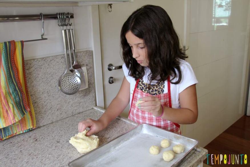Receita de pão de queijo para fazer com as crianças - carol fazendo bolinhas