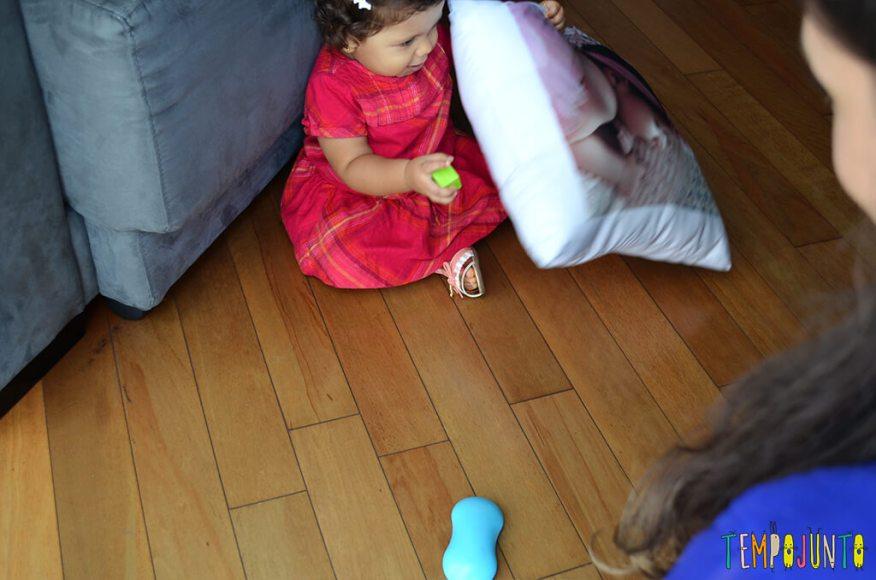 Mais um esconde esconde para estimular os bebês - tirando a almofada