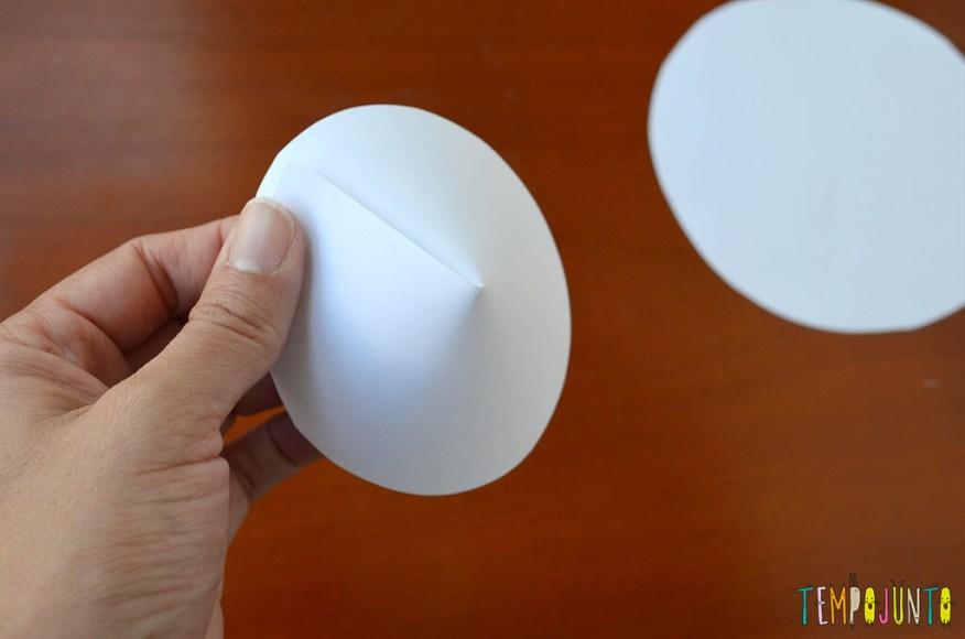 Um brinquedo caseiro fácil, divertido e que desafia a gravidade - cone dobrado